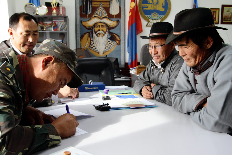 Signing ceremony between governor (left) of local soum center and Khargistai-Bayanburd Forest User Group (right) at the Tsagaanur soumcenter.