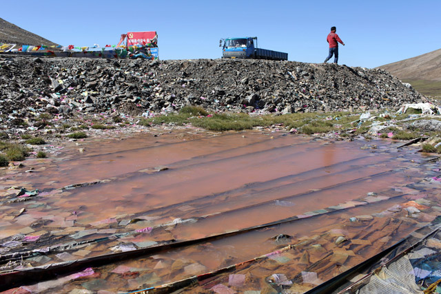 A polluted waterway next to the Qinghai-Tibet highway.
